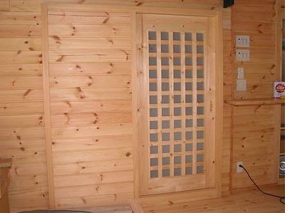 パインの木材を使って製作した建具