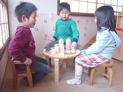 子供用のミニ丸テーブルとイス